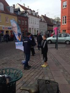 Mads Møller deler materiale ud til vælgerne på Køge Torv d. 5. okt 2013